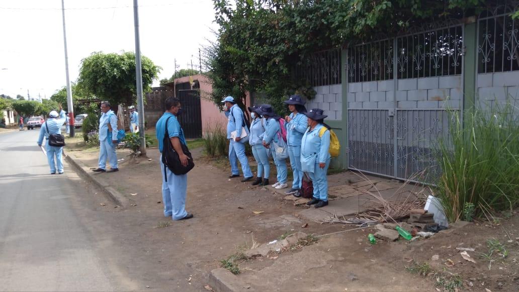Eliminan los mosquitos en el barrio anexo de Villa Libertad