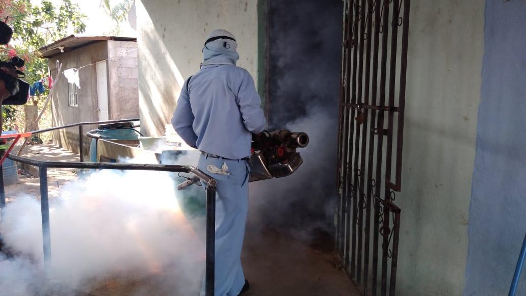 Aplican larvicida y fumigan contra los mosquitos en San Isidro de Bolas