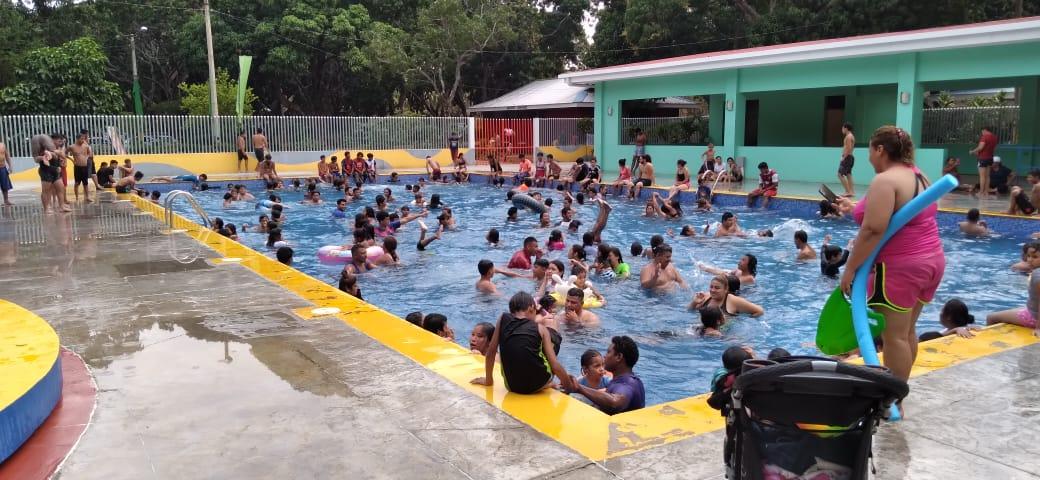 Familias se refrescan en las piscinas del Centro Recreativo Xilonem