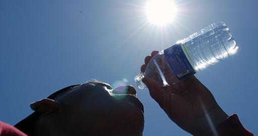 Médicos recomiendan hidratarse y evitar exponerse al sol