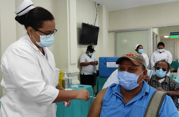 Centenares se vacunan voluntariamente contra la Covid-19 en Managua