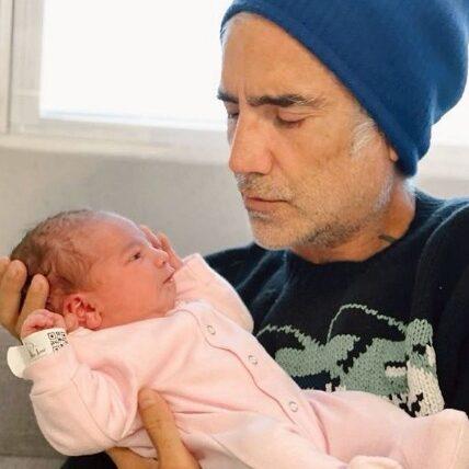 Alejandro Fernández posa junto a su nieta por primera vez