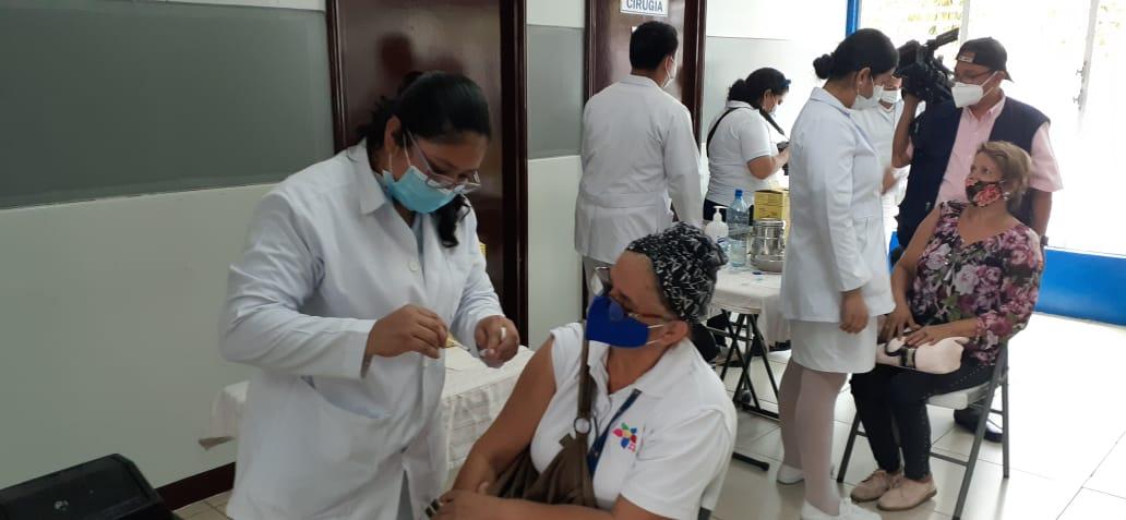 Avanza proceso de vacunación voluntaria contra la Covid-19 en los puestos habilitados