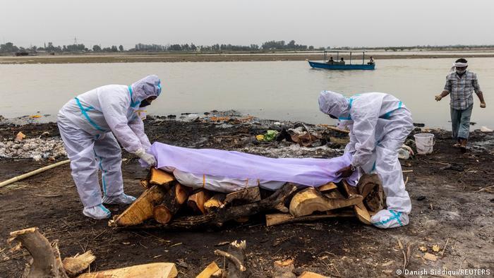 Covid-19: cadáveres son encontrados junto a un río en la India