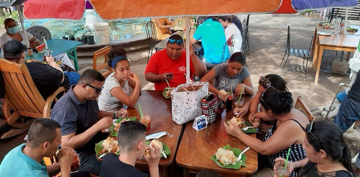 Familias disfrutan de los diferentes espacios recreativos en Granada