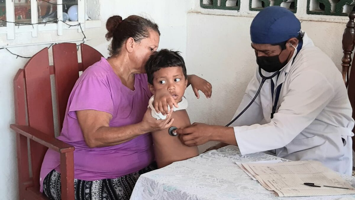 Médicos recomiendan evitar que los niños se bañen en la lluvia