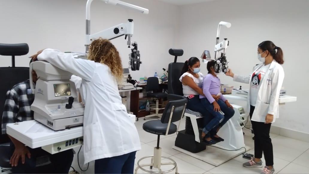 Pacientes acuden de forma gratuita al Centro Nacional Oftalmológico
