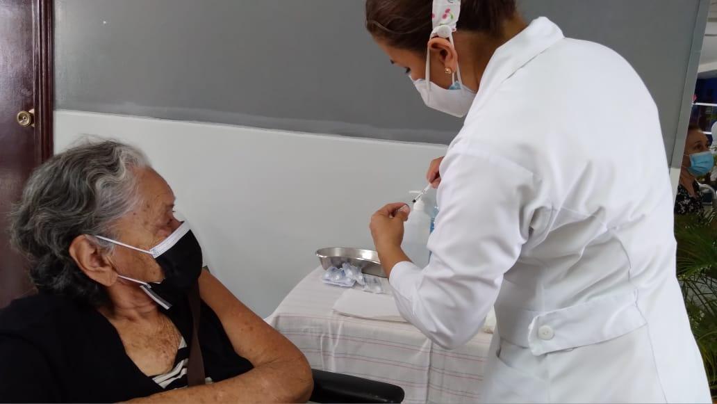 Pacientes crónicos acuden a vacunarse contra la Covid-19 en el hospital Alemán
