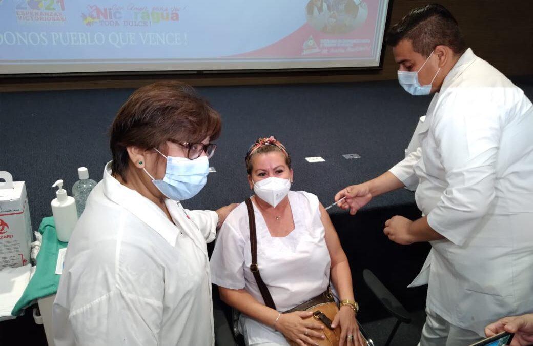 Trabajadores de la salud reciben voluntariamente vacuna contra la Covid-19