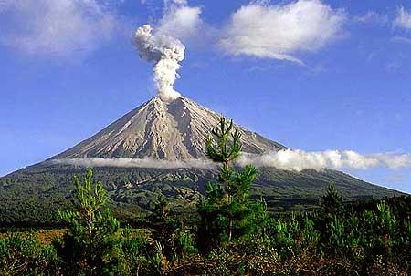 Volcán Sitkin de Alaska entra en erupción