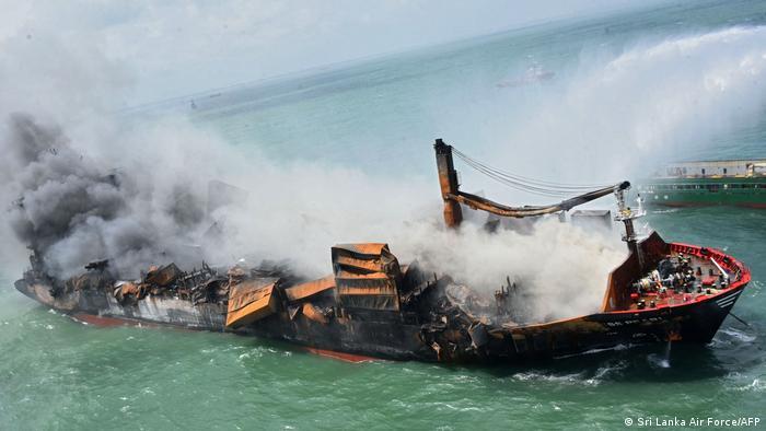 Un barco con toneladas de productos químicos se hunde en las costas de Sri Lanka