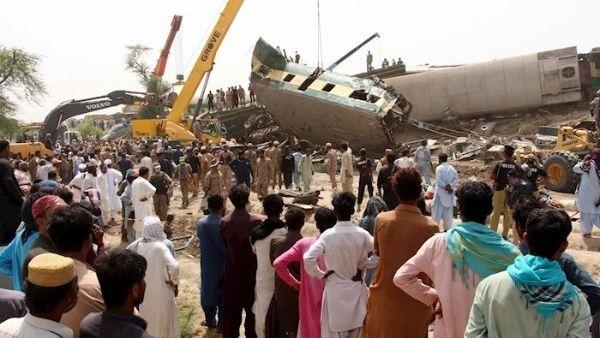 Colisión de trenes deja más de 30 personas fallecidas en Pakistán