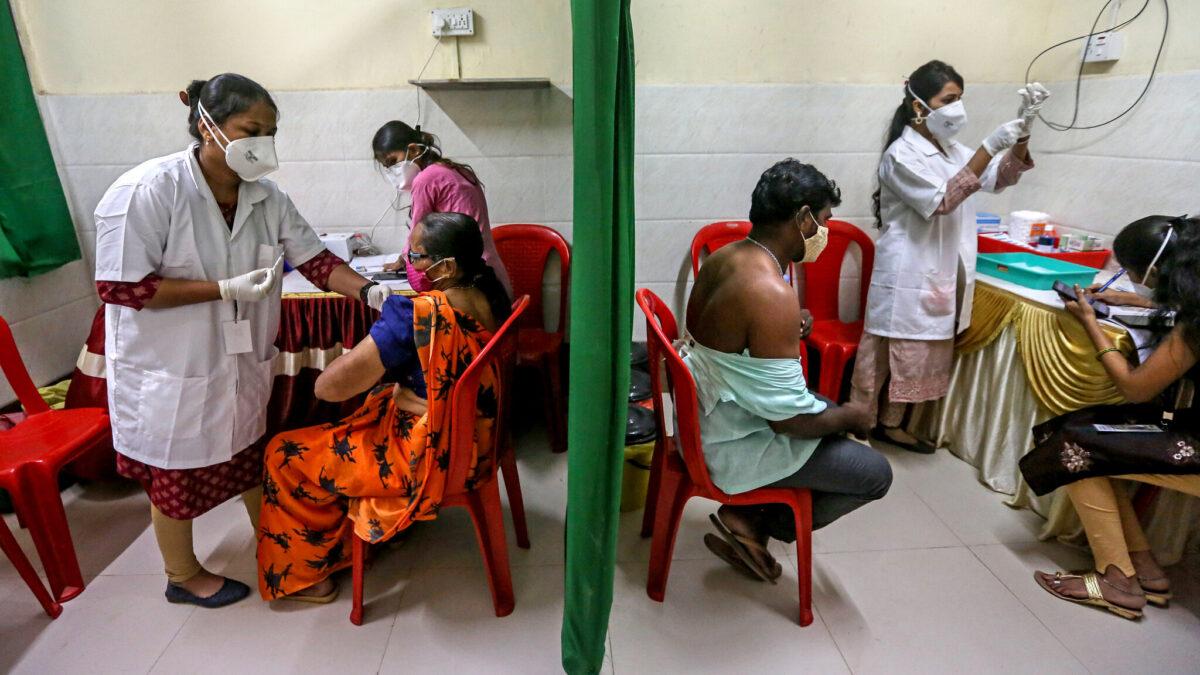 Disminuyen contagios por Covid-19 en la India tras jornada de vacunación