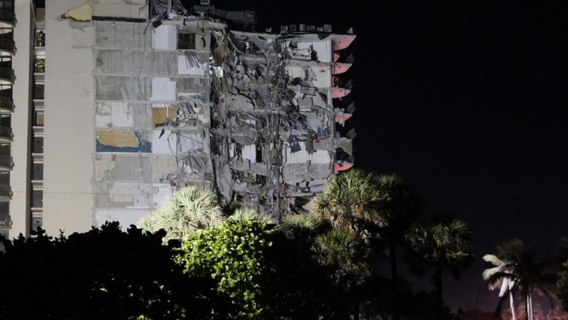 Un edificio de 12 pisos colapsa parcialmente en Miami