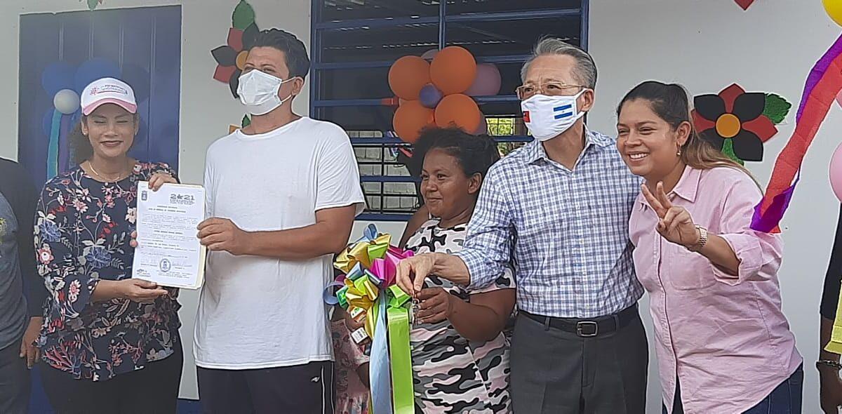 Familia de escasos recursos recibe vivienda digna en Managua