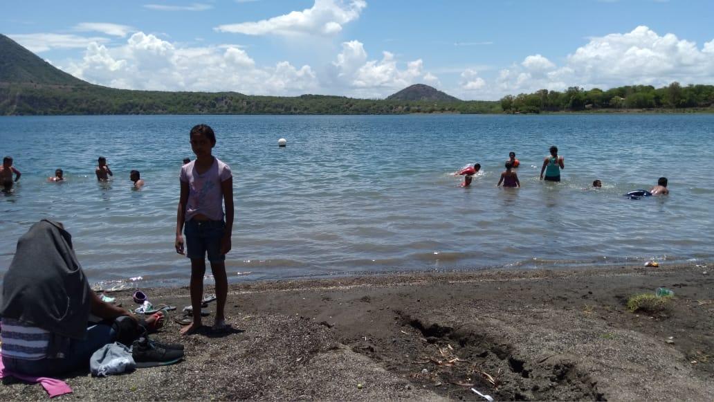 Familias disfrutan de las refrescantes aguas de la Laguna de Xiloá