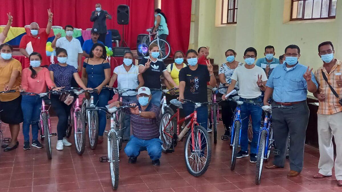 Maestros son beneficiados con bicicletas en la zona rural de Carazo