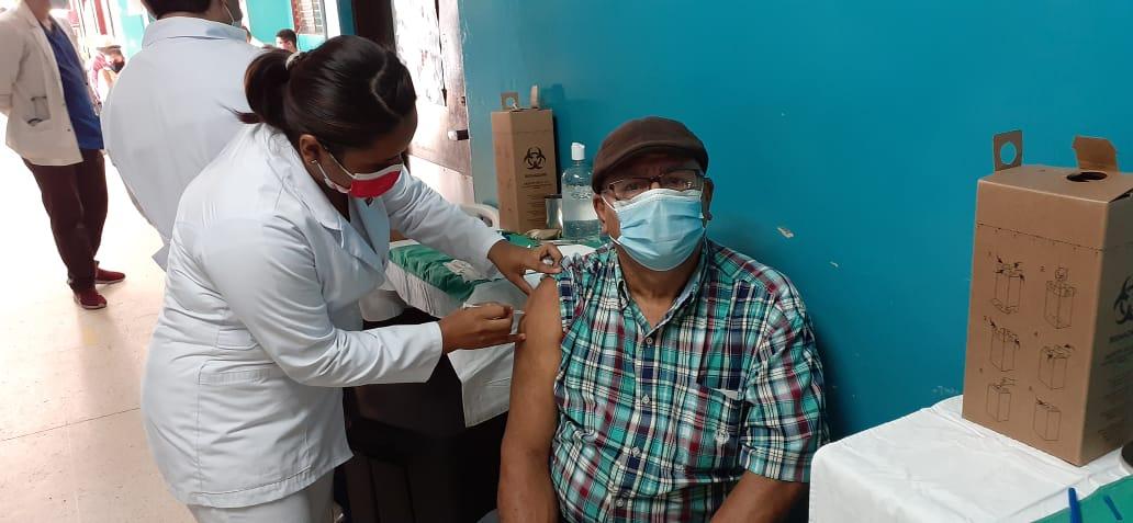 Mayores de 60 años se aplican segunda dosis de la vacuna contra la Covid-19