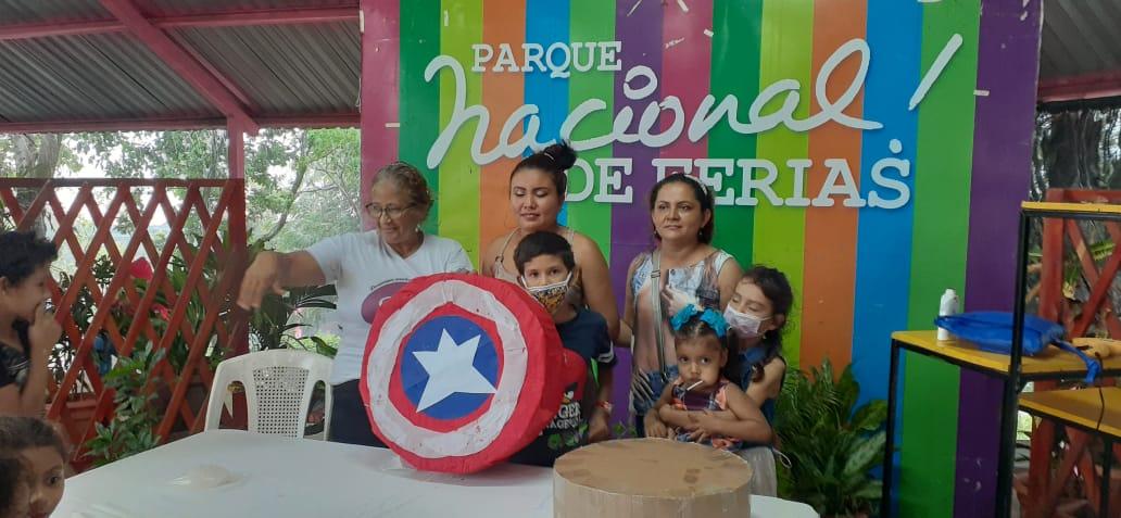 Niños elaboran piñatas con materiales reciclables en el Parque de Ferias