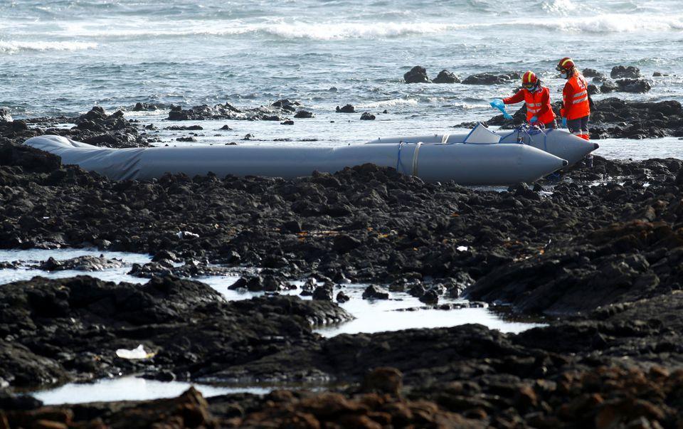 Rescatan a decenas de migrantes tras hundirse embarcación en Lanzarote, España