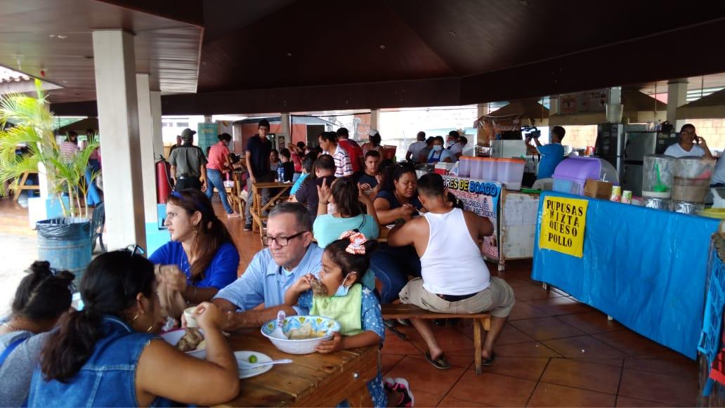 Familias degustan riquísimos platillos en el Tiangue Hugo Chávez