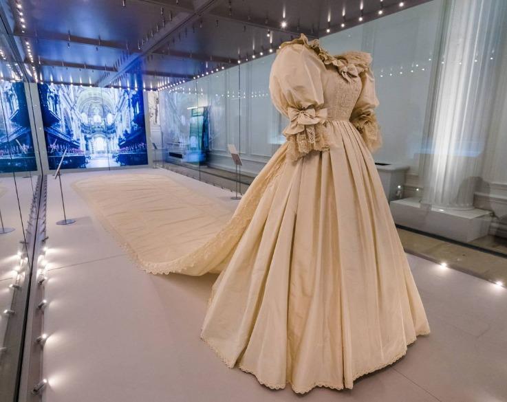 El vestido de novia de Lady Di, se encuentra en exhibición en el palacio de Kensington