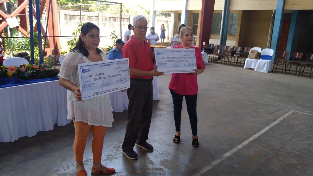 Lotería Nacional entrega utilidades al Mifan y al Instituto de Deportes