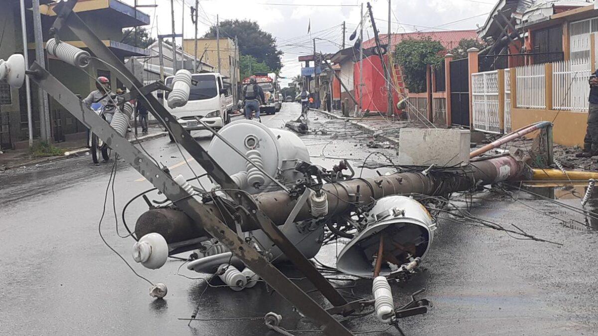 Conductor ebrio se lleva 6 postes de tendido eléctrico en Jinotepe