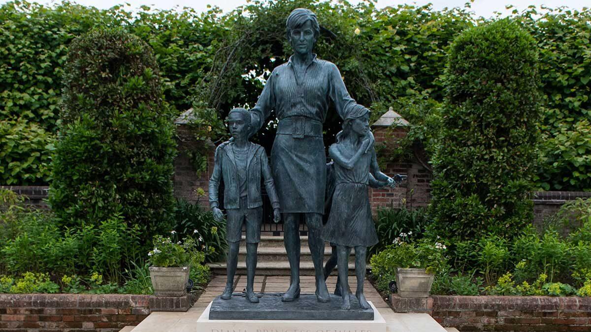 Los príncipes Guillermo y Enrique inauguran estatua de la princesa Diana