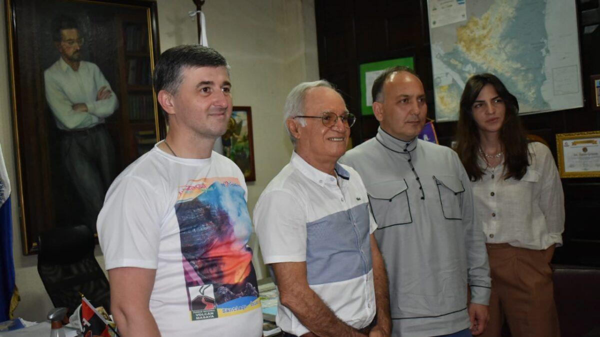 León recibe importante delegación de Abjasia