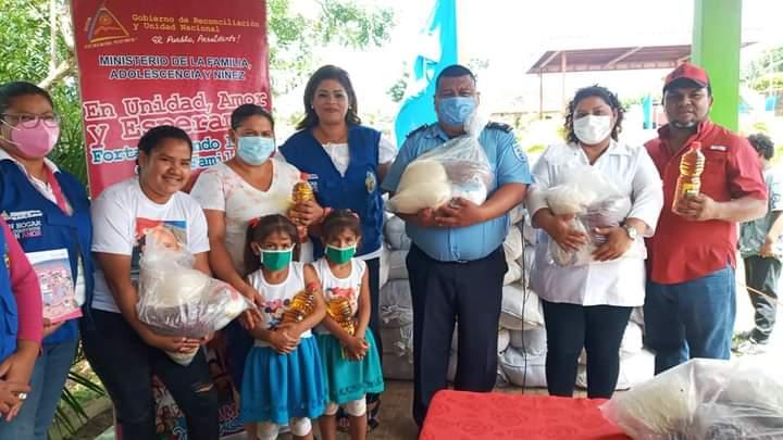 Madres de partos múltiples reciben paquete alimenticio en Diriamba