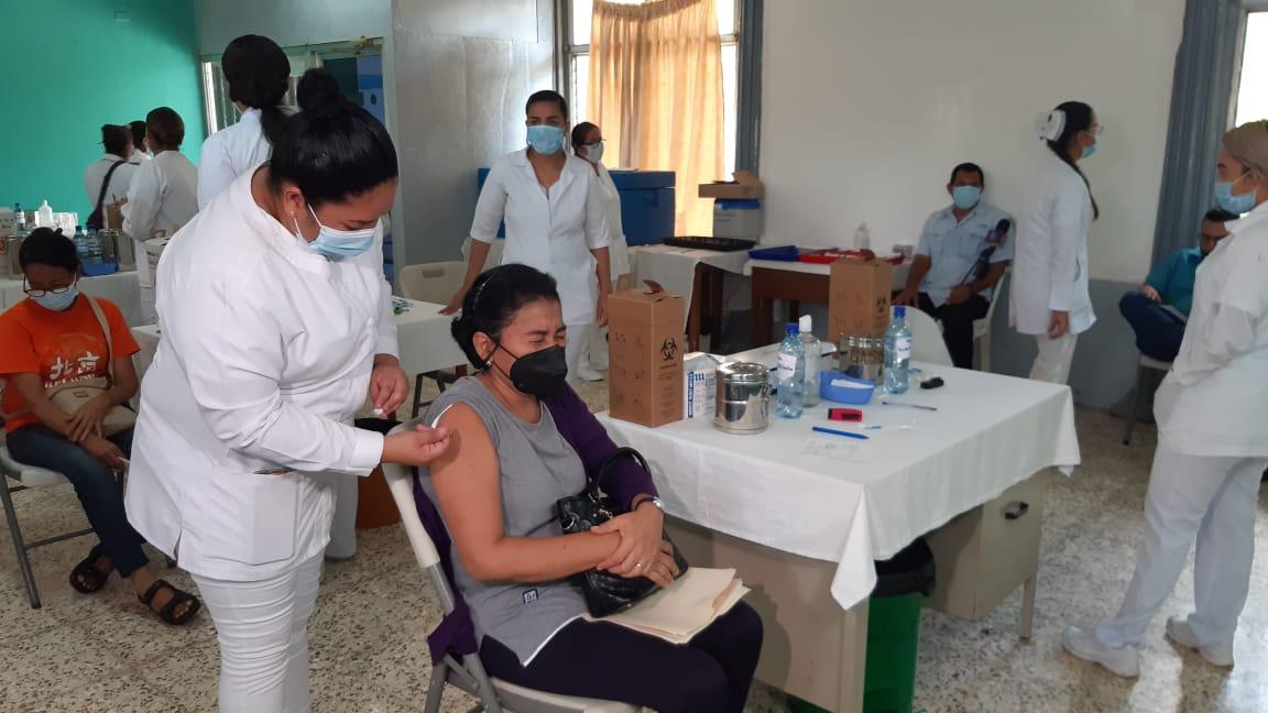 Médicos recomiendan a vacunados seguir tomando medidas contra la Covid-19