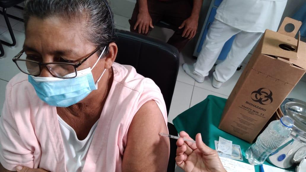 Pacientes mayores de 50 años continúan vacunándose contra la Covid-19 en Mateare