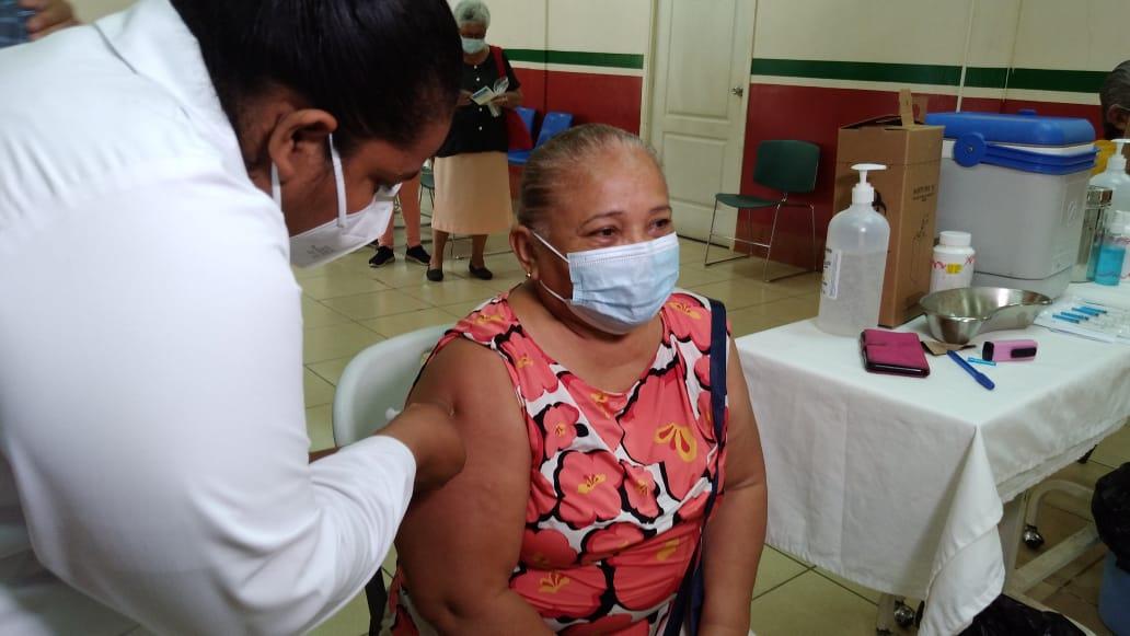 Pacientes se inmunizan con la segunda dosis de Covishield en Managua