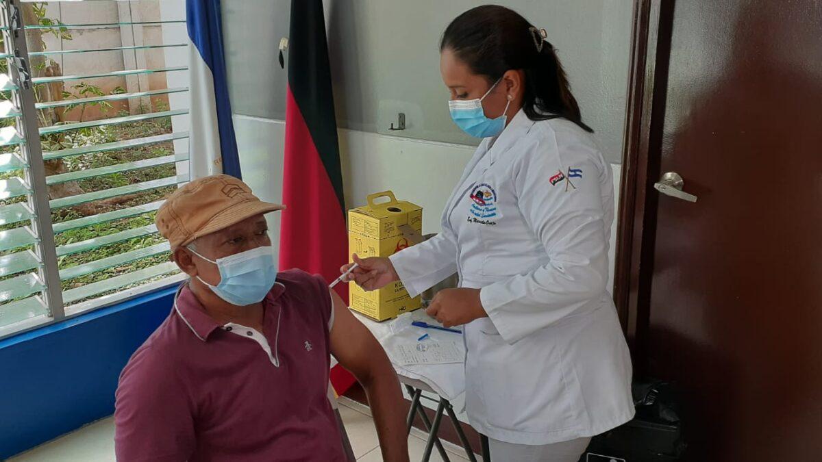 Más personas mayores de 50 años reciben la vacuna contra el Coronavirus