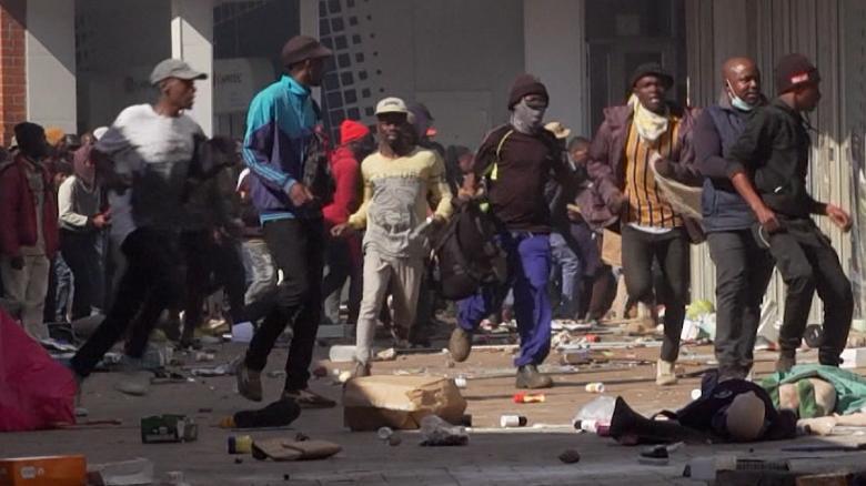 Protestas y saqueos masivos dejan más de 70 muertos en Sudáfrica
