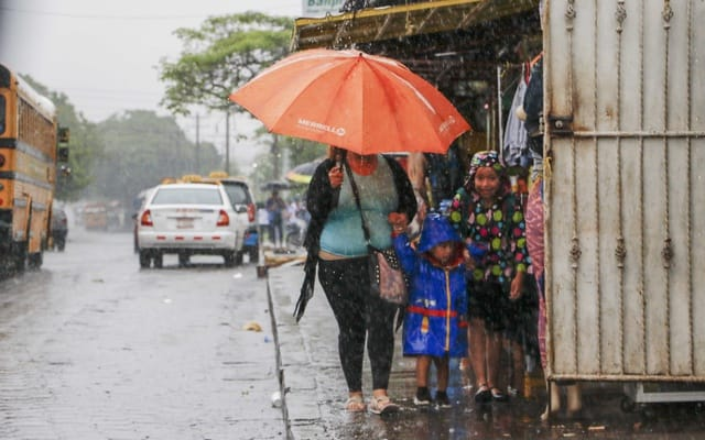 Médicos recomiendan evitar que los niños se expongan a las lluvias