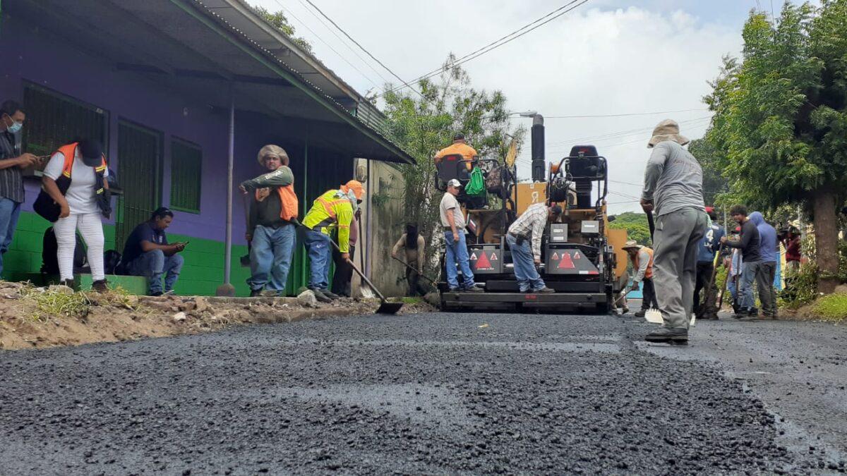 Seis cuadras de calles se construyen en el reparto Los López del distrito VII