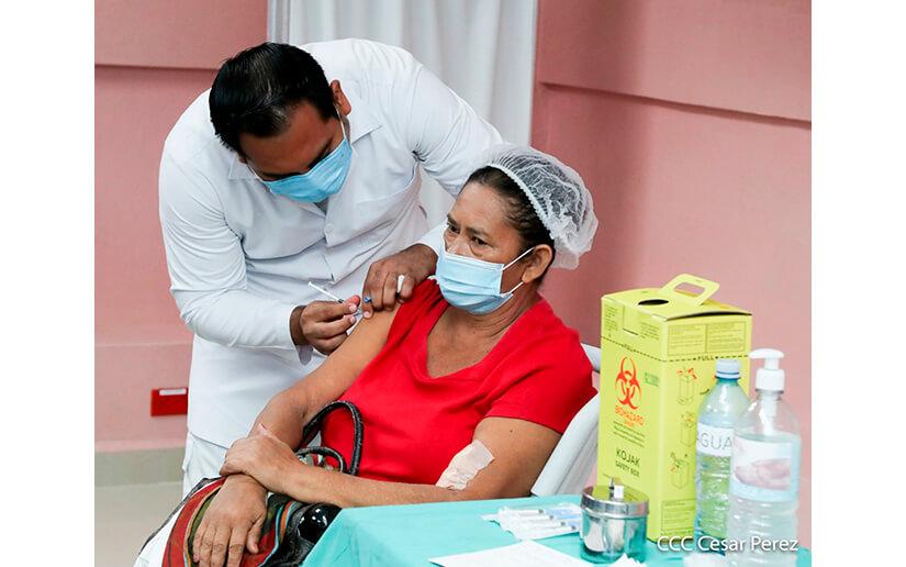Vacunación contra la Covid-19 continúa este martes en Managua y Granada
