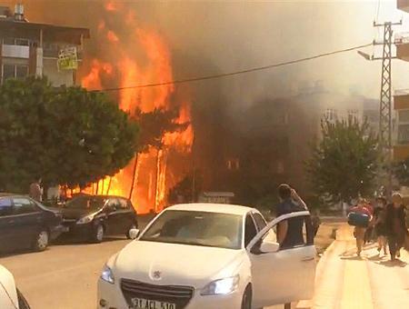 Voraz incendio forestal amenaza zonas residenciales en Turquía