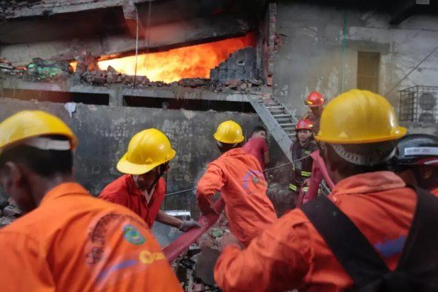 Voraz incendio deja 52 fallecidos en fábrica de Bangladés