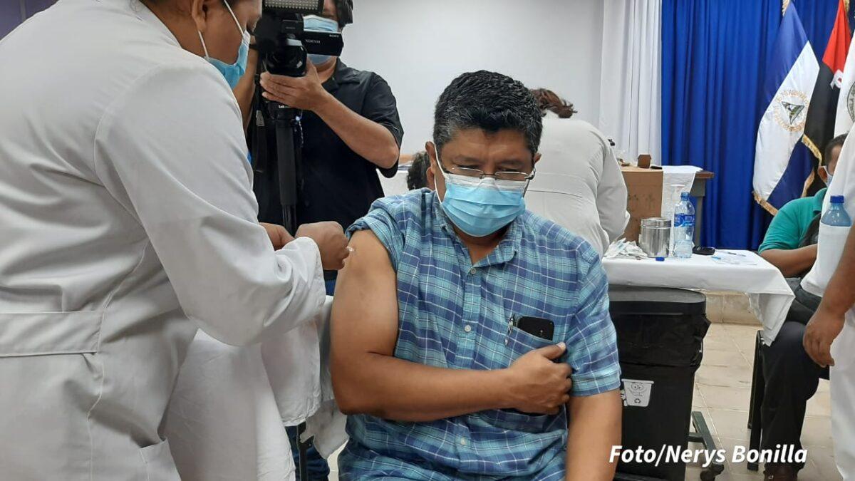 Aplican primera dosis a población de 45 años contra la Covid-19 en el Policlínico Iraní