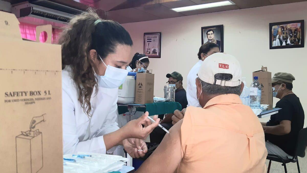 Población continúa vacunándose contra la pandemia en Managua