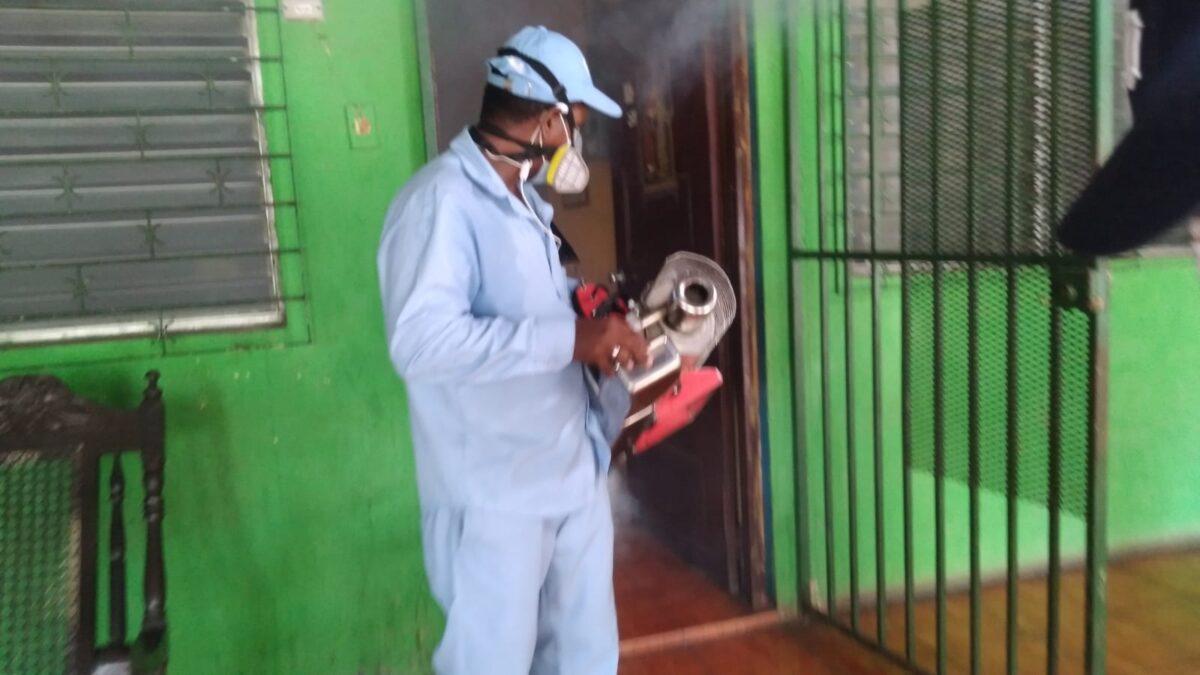 Brigadistas de salud fumigan contra el Zancudo en la Colonia 10 de Junio