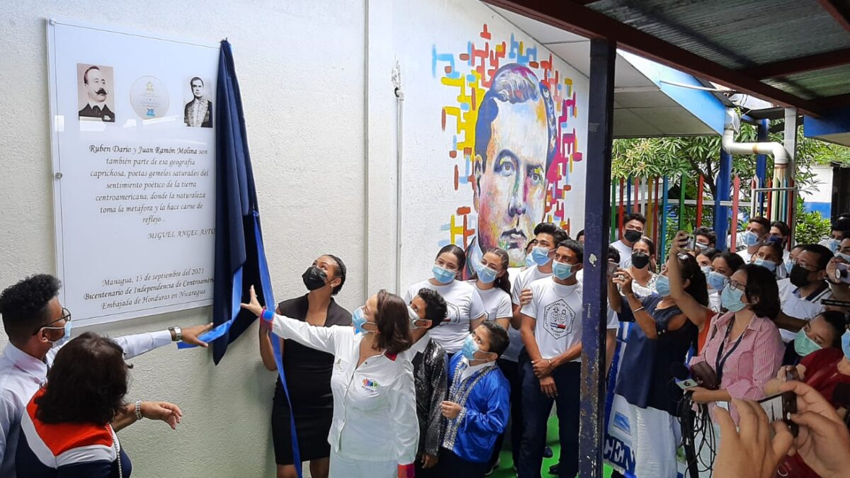 Estudiantes celebran Bicentenario de Centroamérica, develizando placa conmemorativa