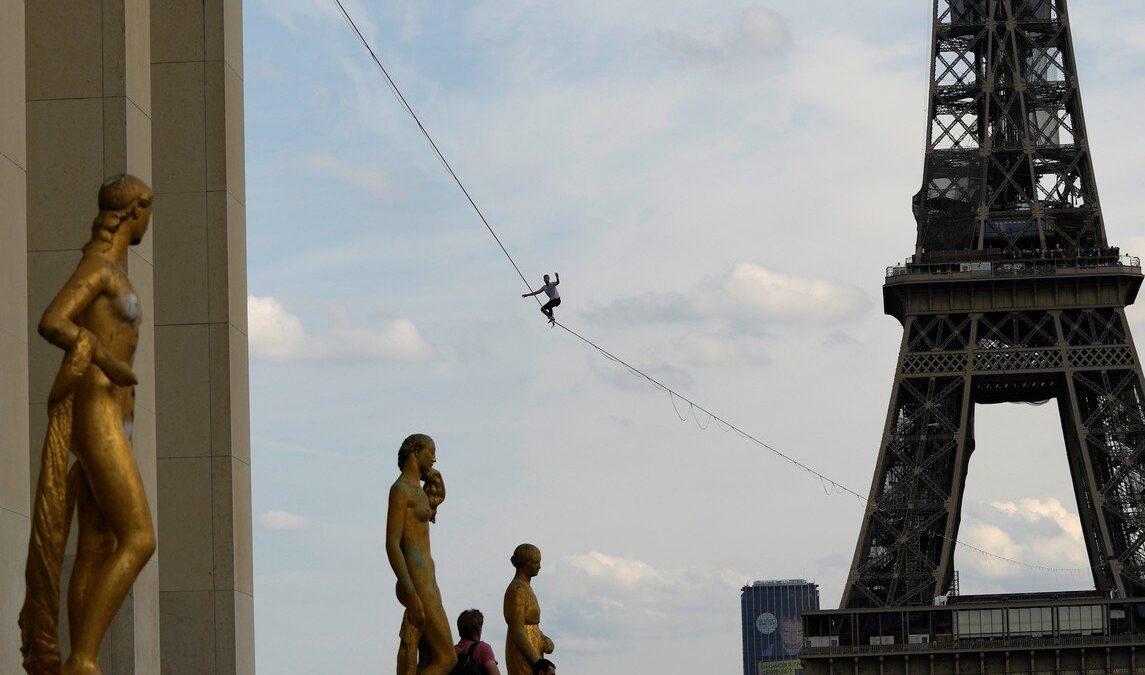 Equilibrista cruza el río Sena sobre una cuerda a 70 metros de altura en Francia