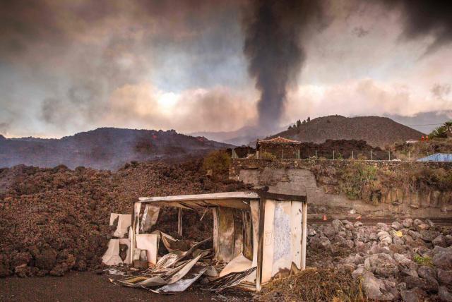 Más de 80 viviendas son arrasadas por erupción del volcán en Canarias