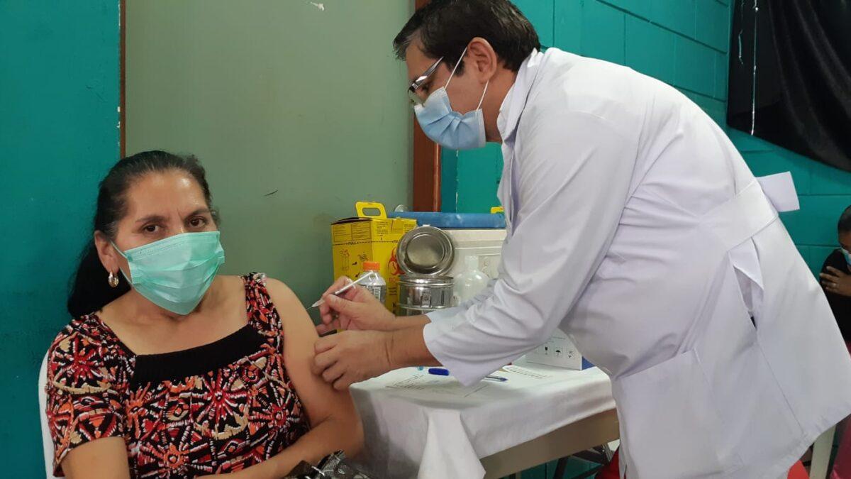 Médicos instan a la población a vacunarse contra la Covid-19